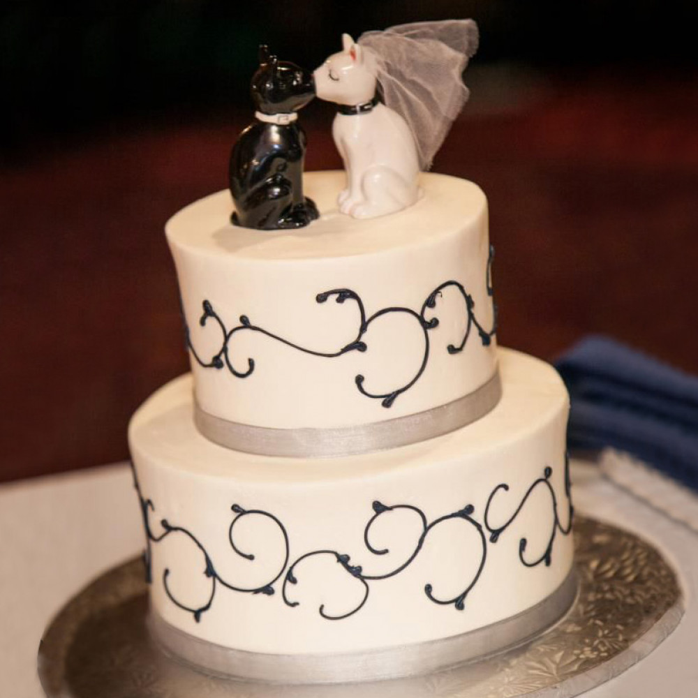 Свадебный торт со статуэтками котов