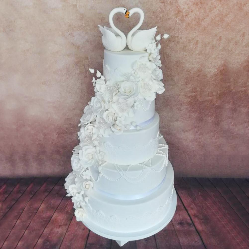 Большой свадебный торт с лебедями