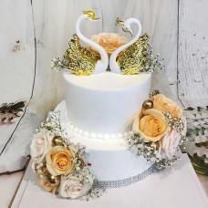 Свадебный торт с золотыми лебедями
