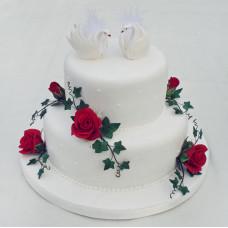 Двухъярусный торт свадебный с лебедями