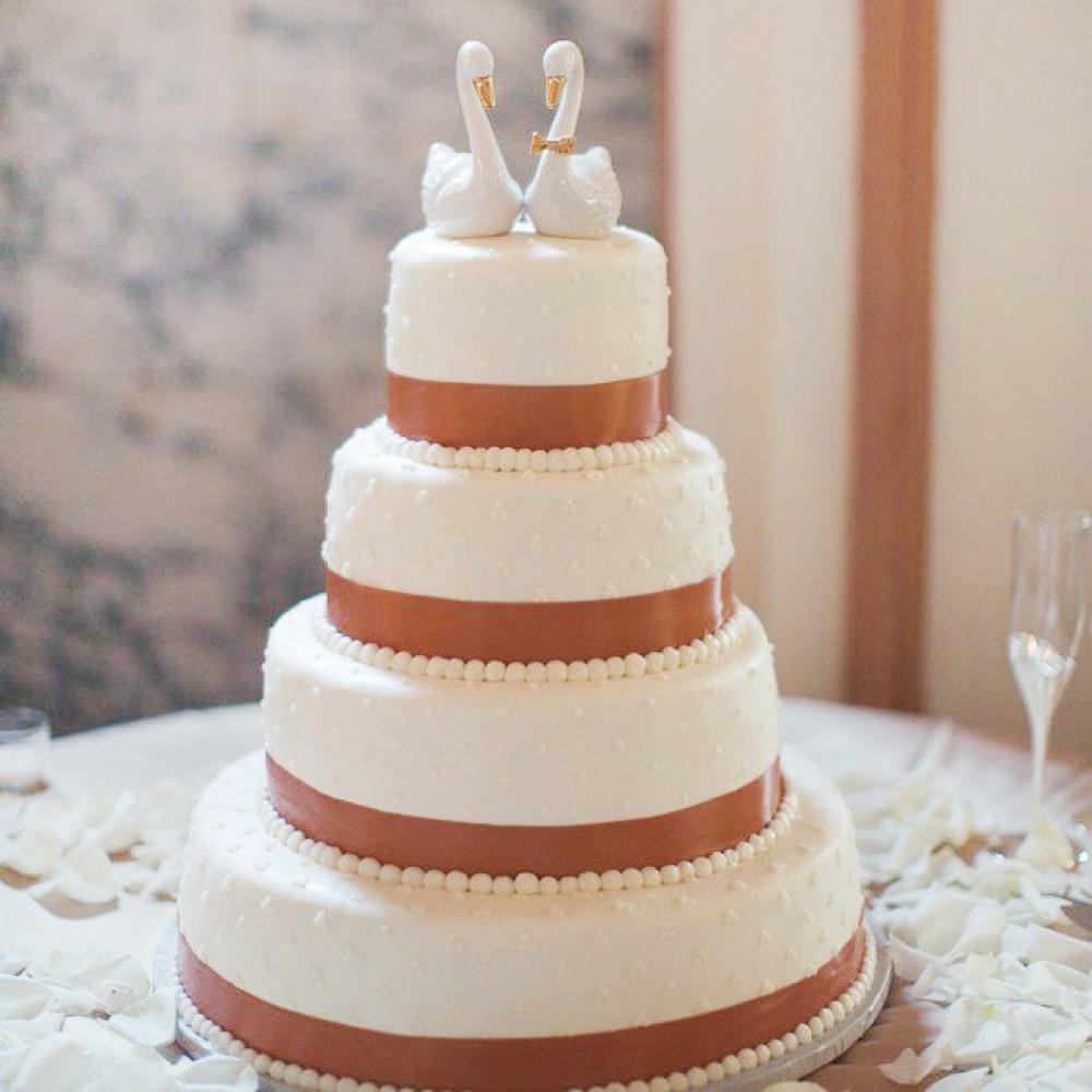 Свадебный торт с фигурками лебедей
