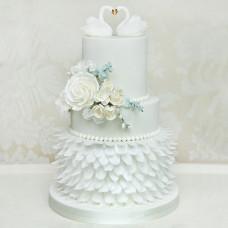Свадебный торт трехъярусный с лебедями