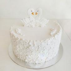 Одноярусный торт на свадьбу с лебедями