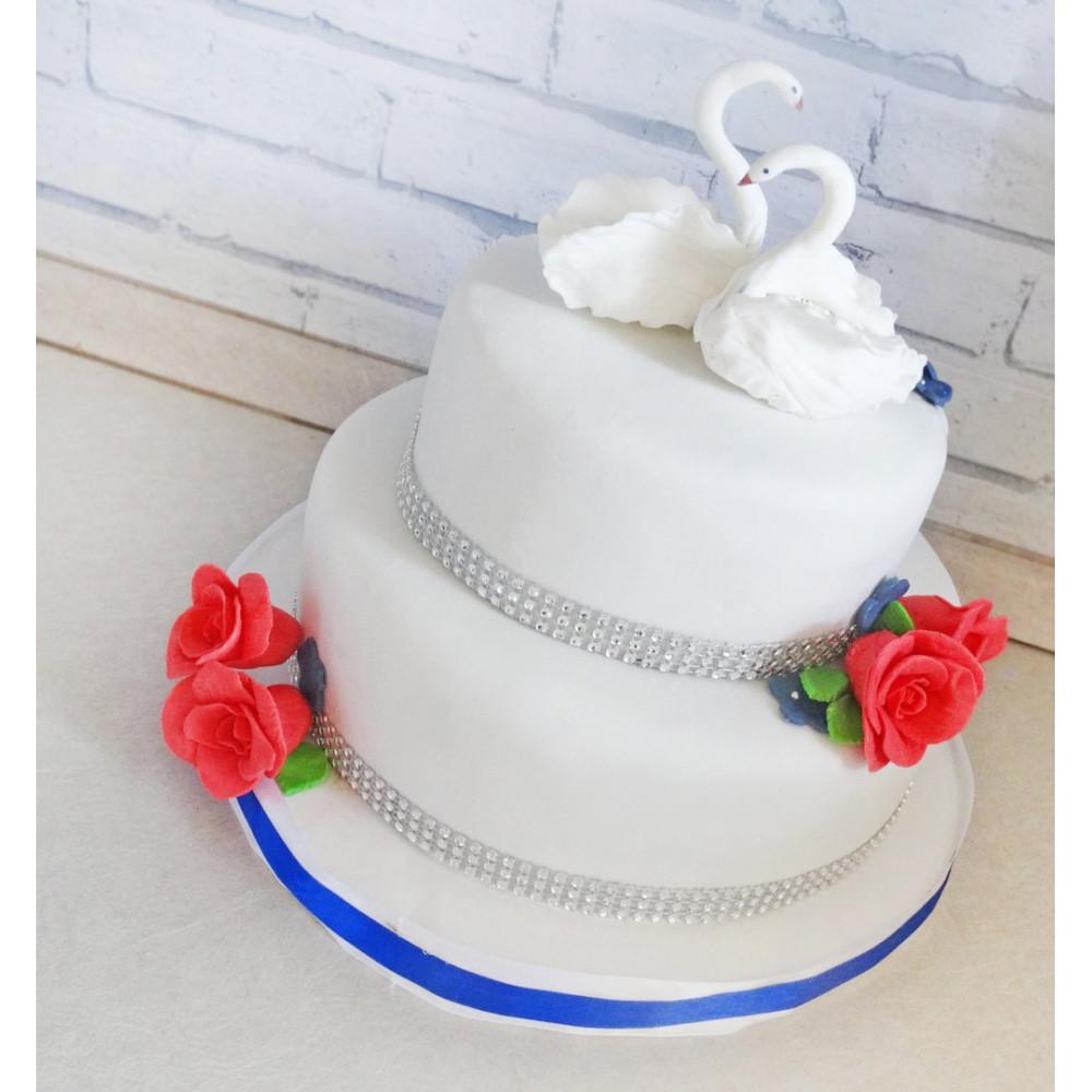 Свадебный торт с белыми лебедями