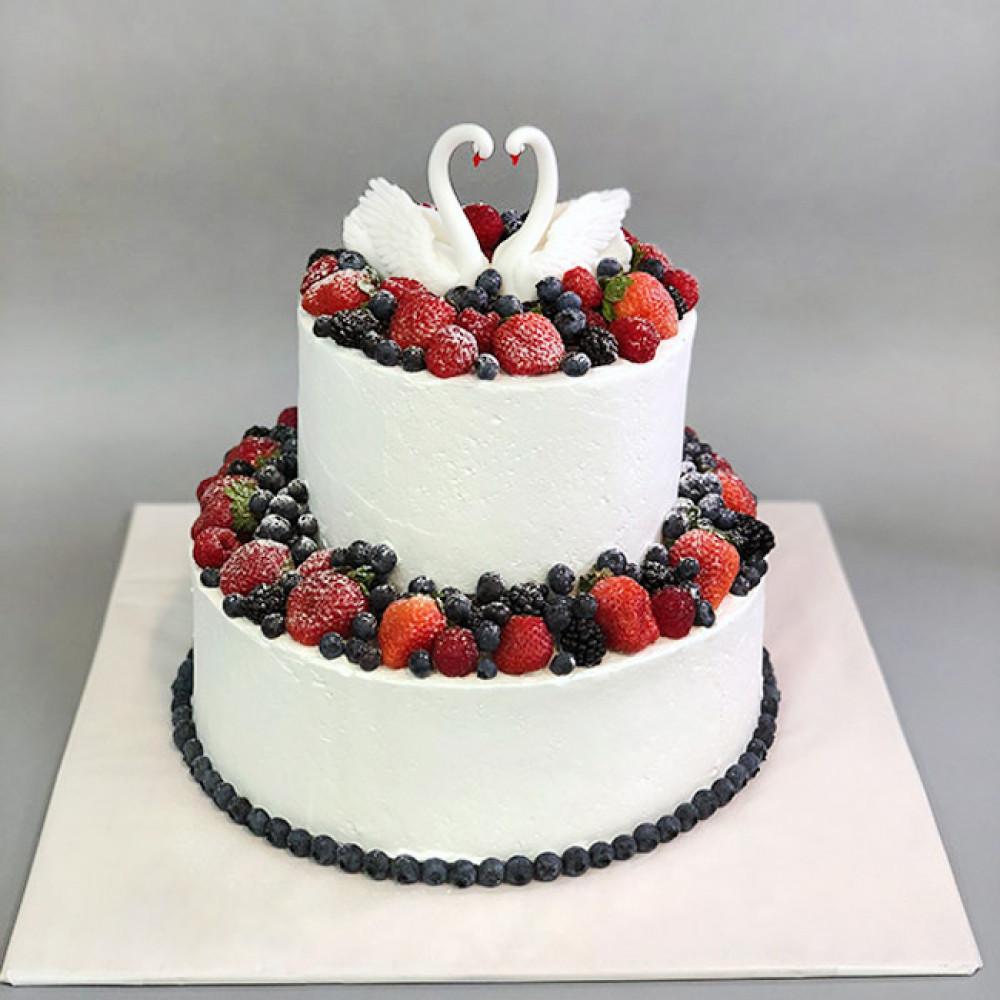 Кремовый свадебный торт с лебедями