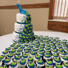 Свадебный торт с павлином и капкейками