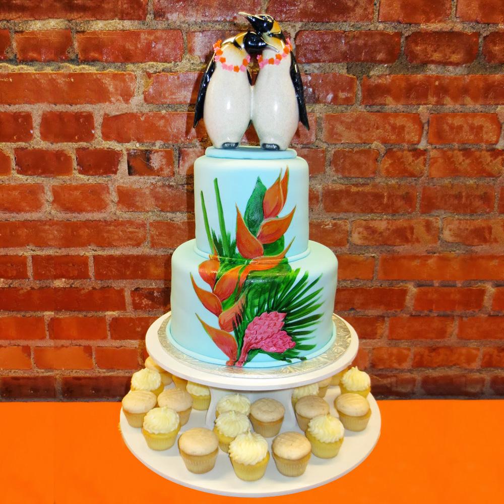 Торт с пингвинами и капкейками на свадьбу