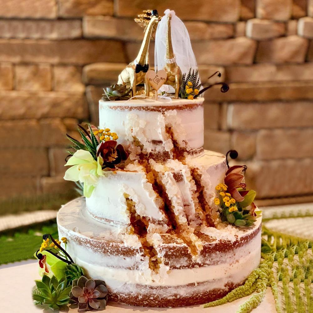Торт с фигурками динозавров на свадьбу