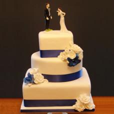 Торт с пластиковыми фигурками молодой пары
