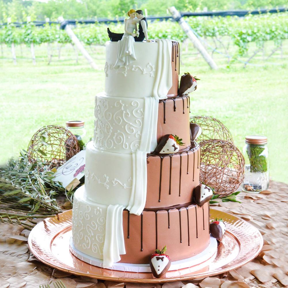 Свадебный торт с новобрачными