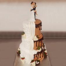 Бело-шоколадный торт со статуэтками молодых