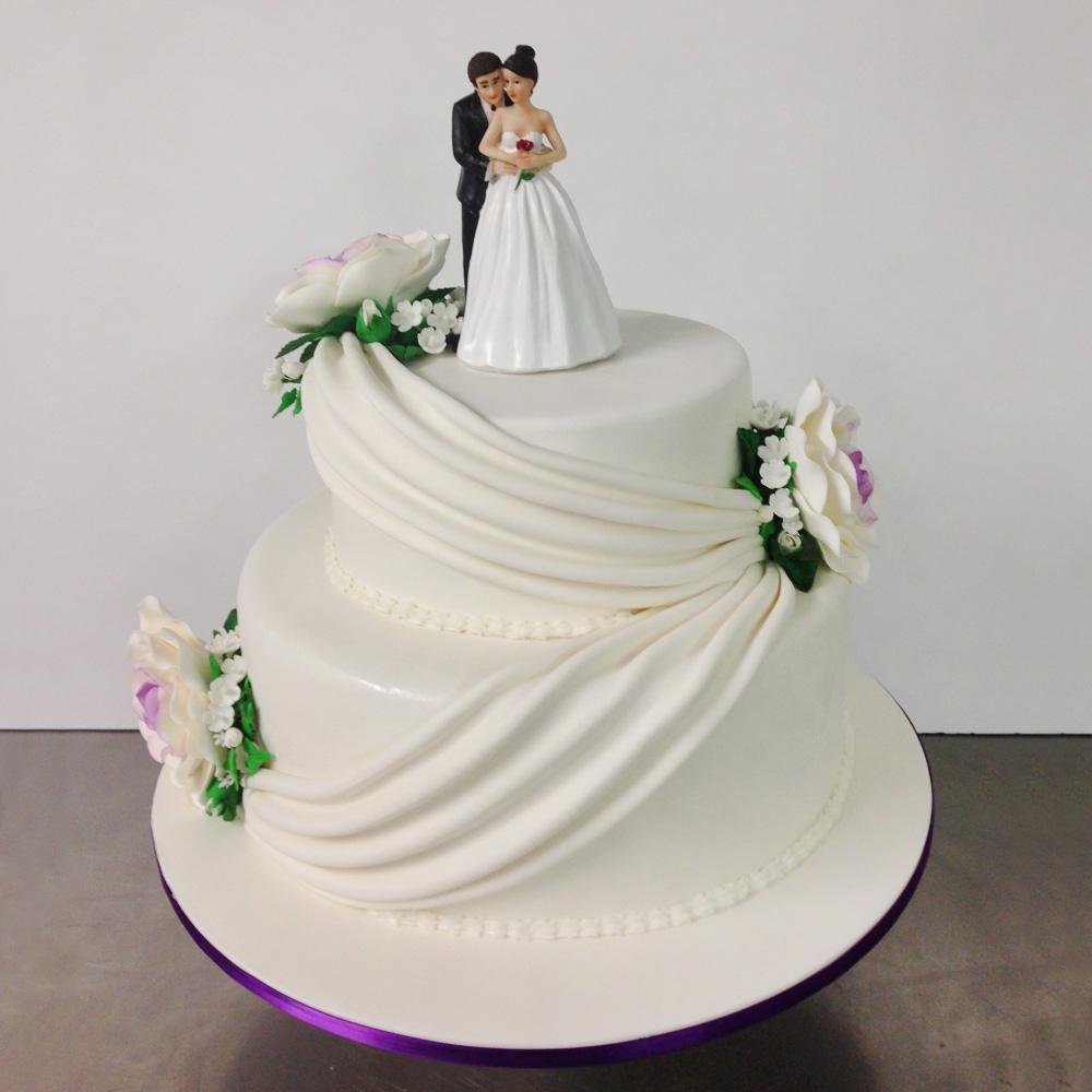 Свадебный торт с фигурками молодоженов