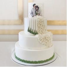 Торт с нарисованными женихом и невестой