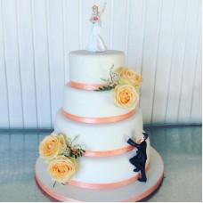 Торт с прикольными фигурками жениха и невесты