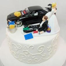 Свадебный торт с машиной и фигурками молодожен