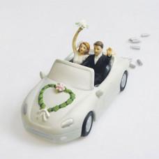 Свадебный торт в виде машины с молодоженами