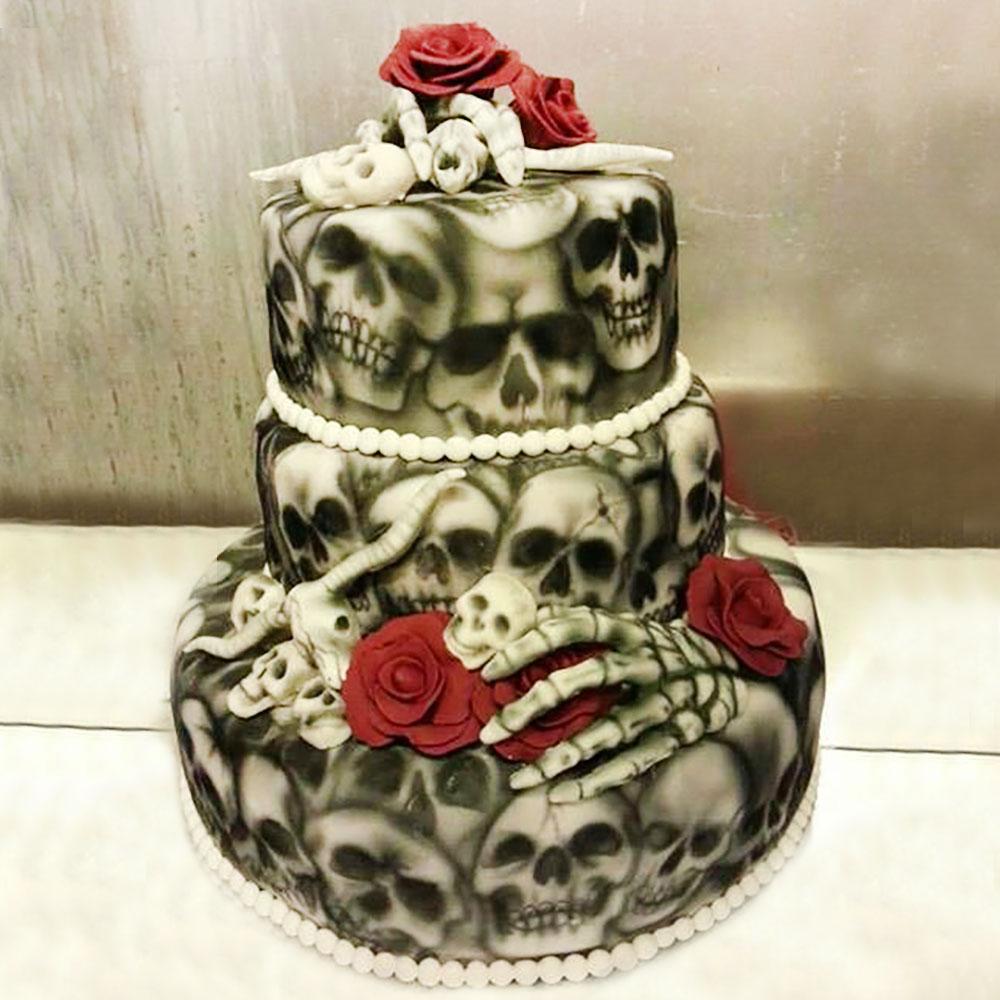 Свадебный торт с костями, черепами и розами