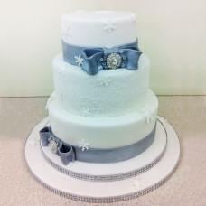 Свадебный торт с бантами и снежинками