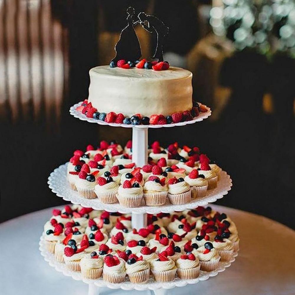 Башня из торта и капкейков с ягодами