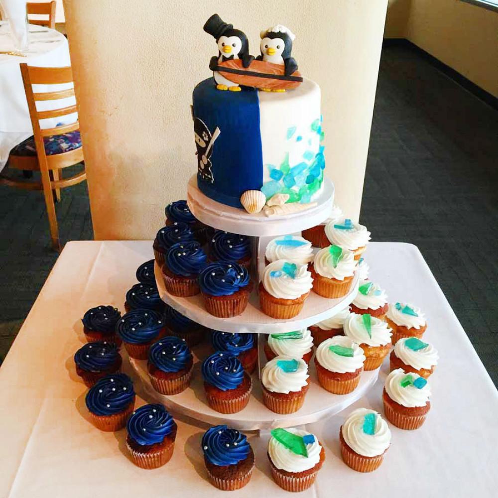 Свадебный торт в морском стиле с капкейками