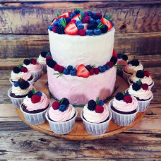 Ягодный двухъярусный торт с пирожными