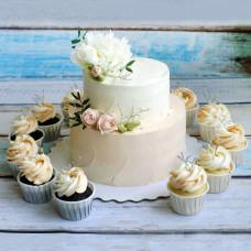 Кремовый двухъярусный торт с капкейками