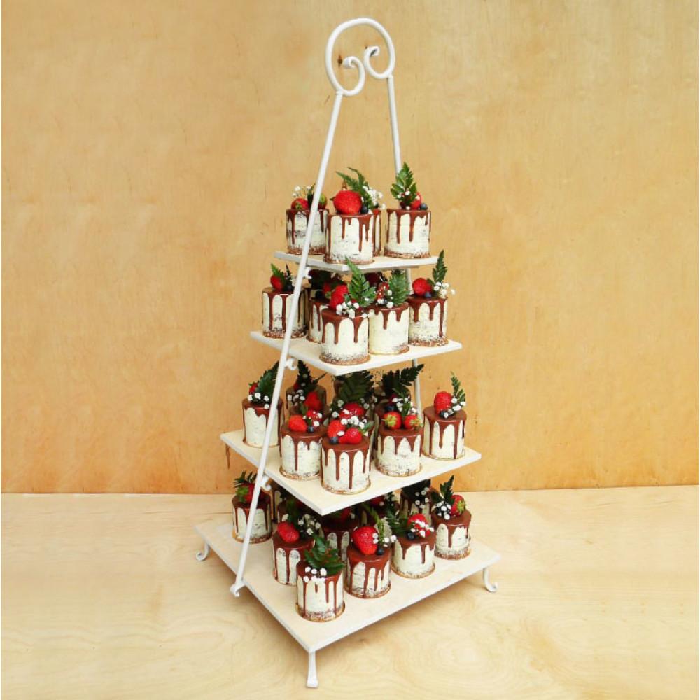 Свадебный торт с капкейками и ягодами