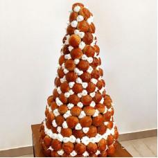Многоуровневый десерт из профитролей