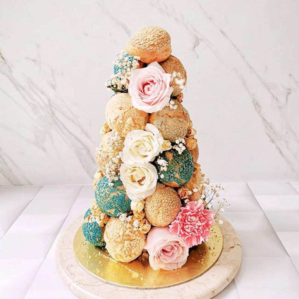 Торт в виде башни из профитролей
