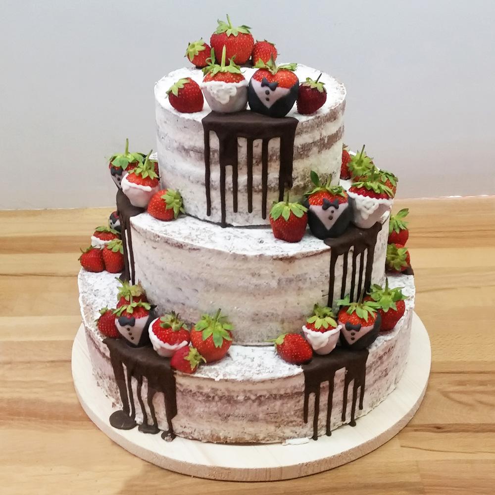 Голый свадебный торт с клубникой