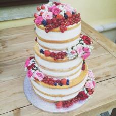Трехъярусный голый свадебный торт с ягодами