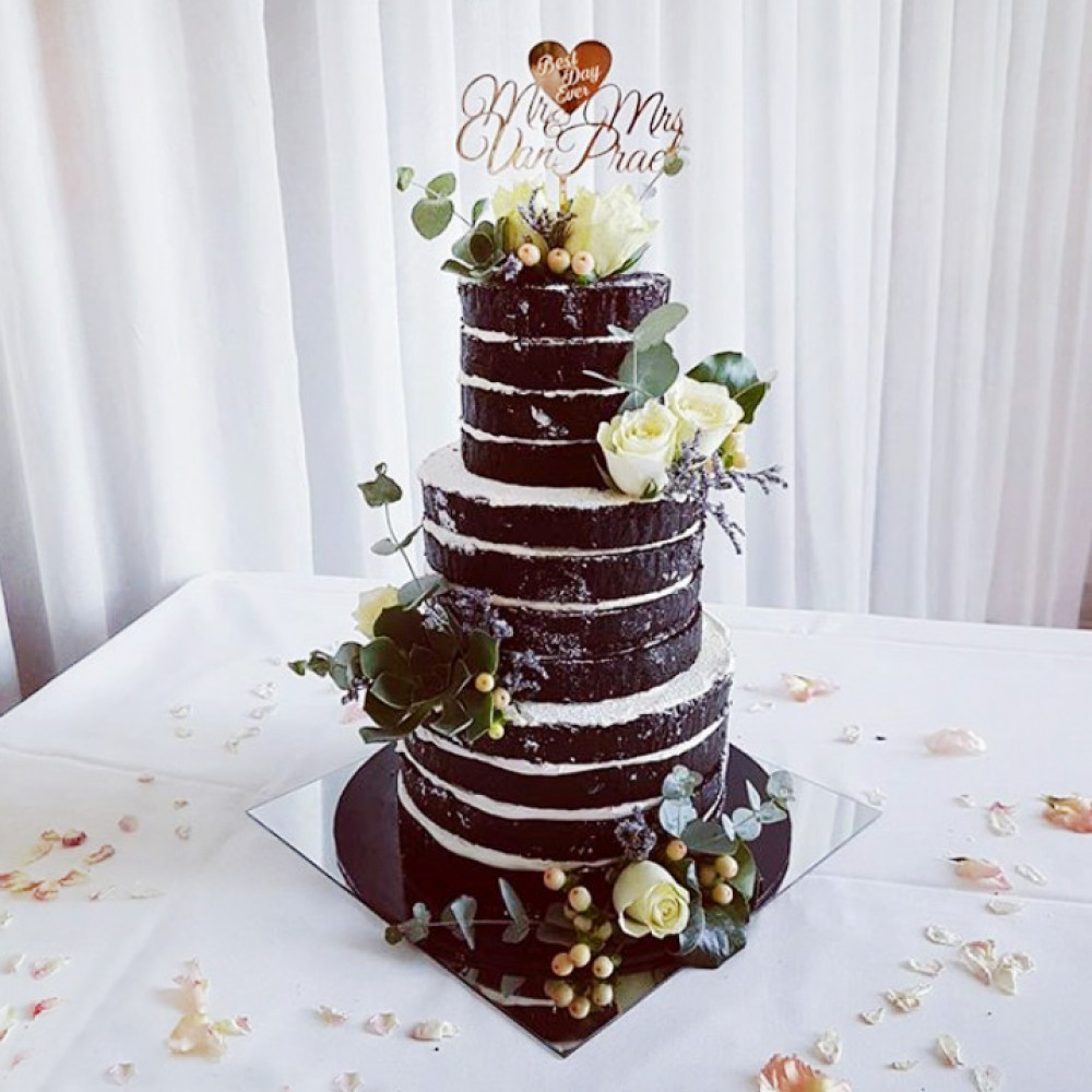 Свадебный торт с открытыми шоколадными коржами