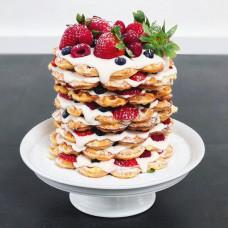 Голый свадебный торт с разными ягодами