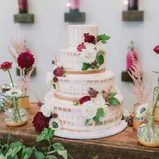 Свадебный торт голый с цветами и ягодами