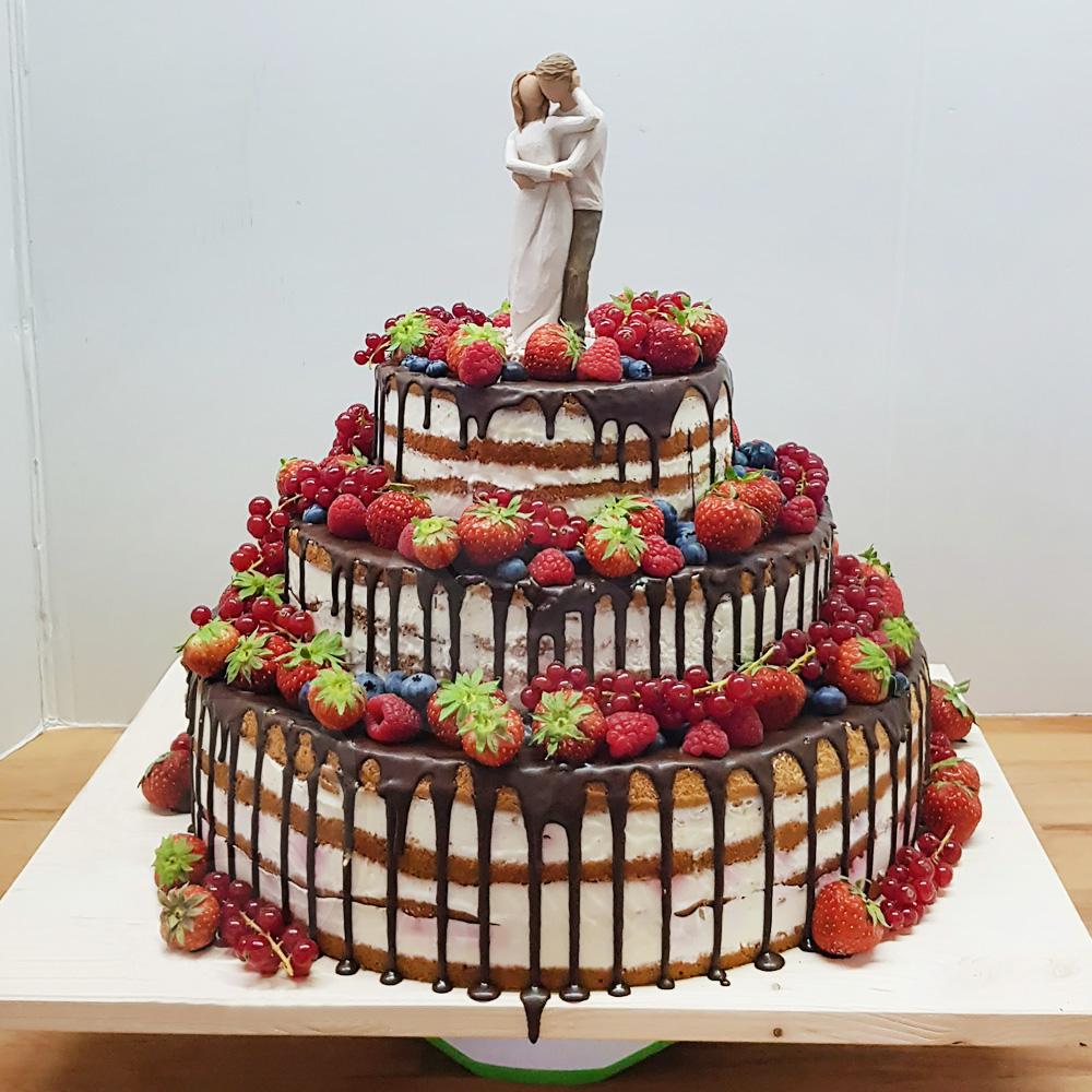 Открытый свадебный торт с фигурками жениха и невесты