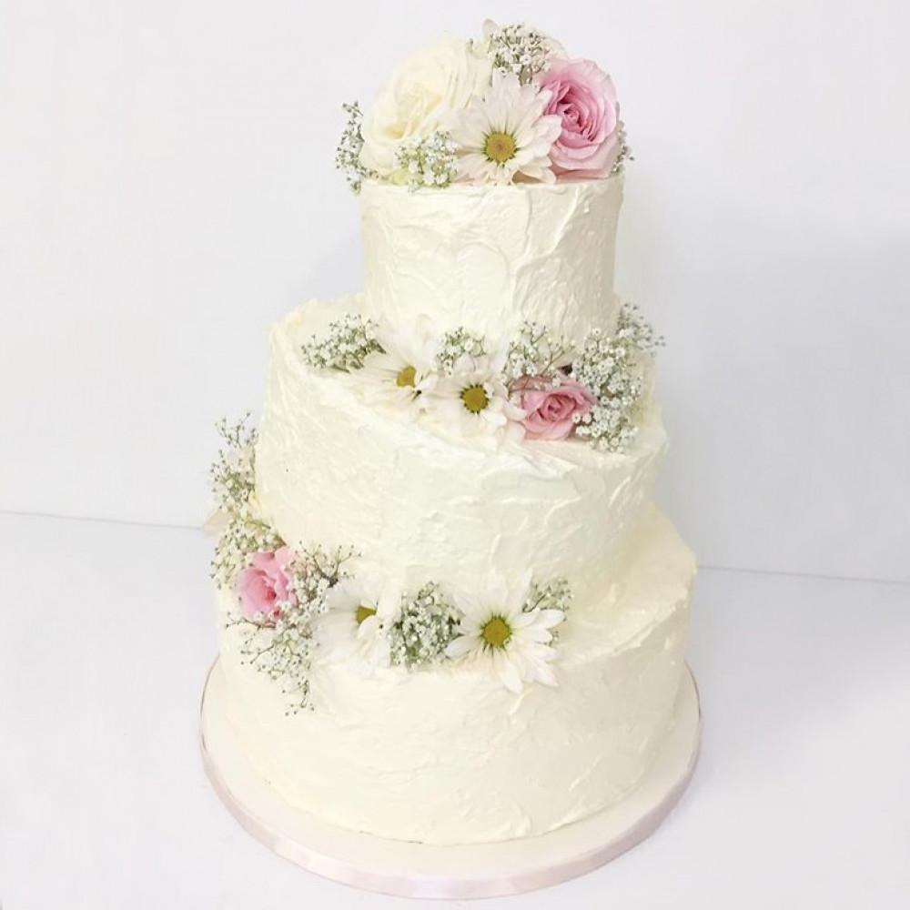 Белый нестандартный свадебный торт с тремя ярусами