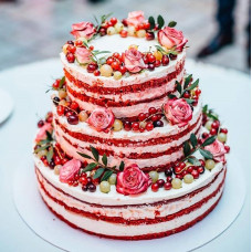 Трехъярусный торт красный бархат на свадьбу